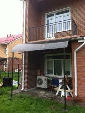Козырек-навес на опорных столбах, балконные перила